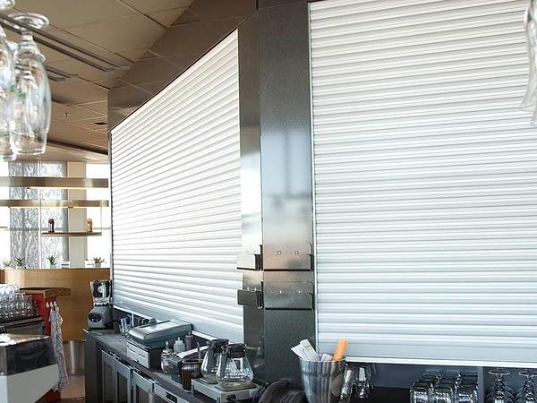 svenska jalusi avskiljningsjalusi macro hk monterad i en bar på en restaurang.